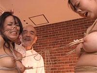 姉妹の悲痛な乳首相撲を笑顔で愉しむ鬼畜調教師