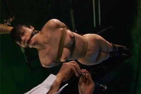 宙吊りにされて乳首に重りを付けられ失禁