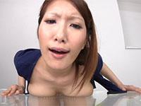 アクリル板に乳首を擦りつけて珍しい乳首オナニーで快感を得る変わった女性