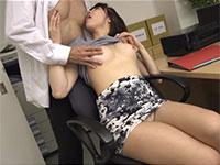 ノーブラニットに興奮した上司が部下の乳首を弄って自分の乳首も舐めさせる相互乳首愛撫!