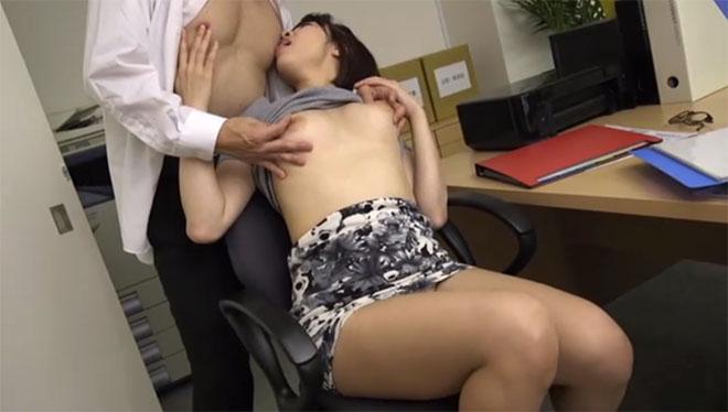 上司の乳首を舐めながら乳首を弄られる