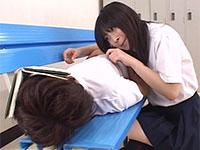 更衣室で寝ていた同級生の男子の乳首をツンツンしてイタズラし始めるあすかみみちゃん