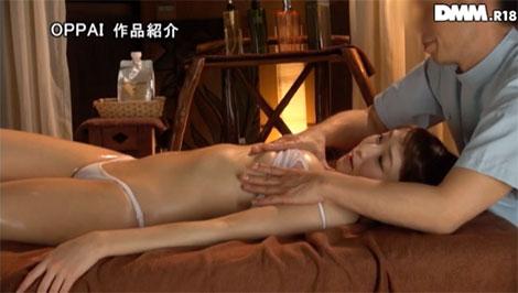 乳腺マッサージを受ける女性