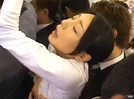 電車内で乳首イキするOL