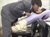 残業中にノーブラニット姿で仕事していた女性社員に発情した同僚が激しい乳首セクハラを始める!