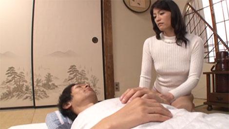 さっきの乳首責めの続きを求めて夜這いしにきた母親