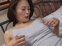 貧乳こりこり乳首母の椿めぐみさんが今夜も乳首オナニーで欲求不満を解消しているシーン