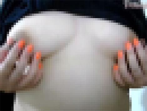 服を捲ると大きめ乳首がこんにちは