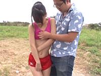 ノーブラスポーツウェア姿でランニングしていた貧乳の女の子の胸ポチに我慢出来なくなりお触りを始める乳首痴漢男!