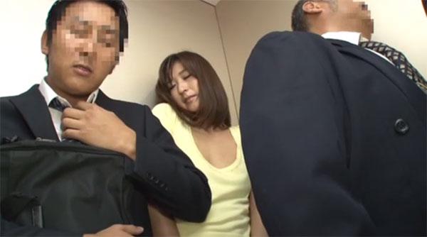 ノーブラ胸ポチを肘でグリグリされて感じてしまう若妻
