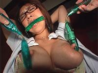 卑猥に伸びた長い乳首を同時にローター責めされ快感で母乳汁を垂らす変態歯科助手、浅野未来