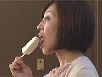 妄想癖の有る僕。今日はアイスを舐める二人のオバちゃんに乳首を舐めてもらうという妄想を開始・・・