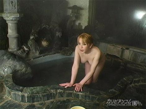 仕事終わりは温泉につかるニューハーフ女将