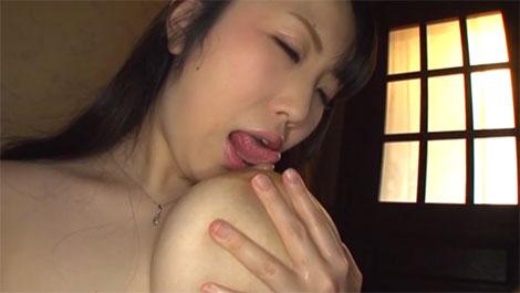 軟乳を持ち上げて楽々セルフ乳首舐め
