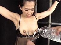 52歳にもなってAVで長い乳首を引き伸ばされるドスケベ妻、尾野玲香さんの乳首責め作品が動画配信開始!