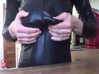 レザースーツの上から勃起乳首を摘んで母乳を出すというかなり珍しい外人さんの自画撮り母乳動画!