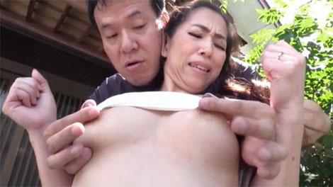 お外で乳首責めされる尾野玲香さん