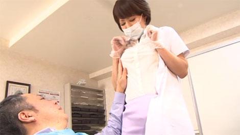 歯の治療中に乳首を弄られる