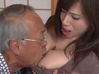 ボケた振りして息子の嫁の乳首を梅干しと間違えて食べにかかる変態義父の乳首セクハラ!