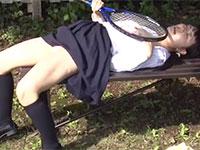 媚薬で発情してしまったJKが屋外でテニスラケットを乳首に擦り付けて屋外チクニー!