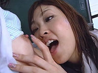 ハンカチを貸してくれた大人しそうな小動物系JKの乳首を執拗に舐めてレズり始める肉食系JKの動画!