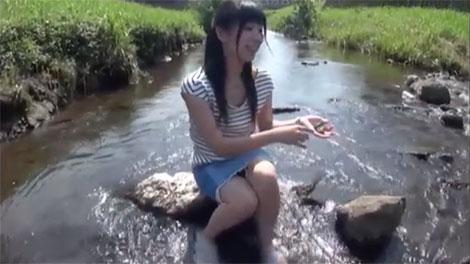 川遊びをする永井みひなちゃん