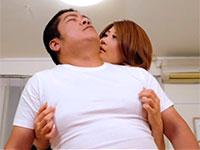 色気ムンムン巨乳、推川ゆうりさんにTシャツの上から乳首をくどいほど責められるゴツ男の動画