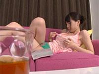 レディースコミックを読んでムラムラした鈴木心春ちゃんがローターを使って乳首オナニーを開始!