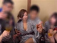 会社の飲み会の宴席のゲームでどさくさに紛れて胸を触られたり乳首を見られる妻のビデオを発見した夫・・・