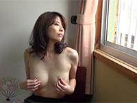 若い頃の初レズ体験を思い出しながら旅館の部屋で一人乳首弄りオナニーに浸る中森いつきさんの雰囲気有るシーン