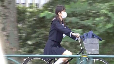 自転車で帰宅中の舞園かりんちゃん