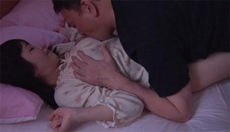 寝ているののかの乳首に吸い付く再婚相手