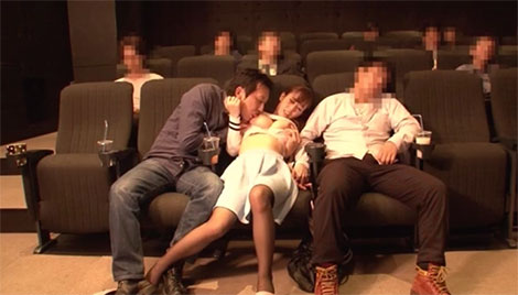 寝ている彼氏の隣で生乳首を舐められる彼女