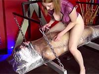 サランラップでグルグル巻きにしたM男を乳首責めしながら生ディルド化させて愉しむ金髪S女