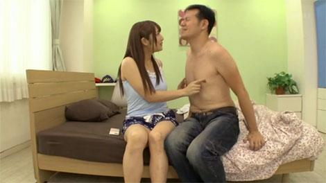 彼氏の乳首をイジイジ