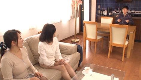 母と友人の前でも無意識に乳首を弄ってしまう小太郎