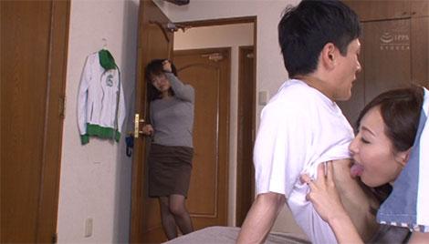 母親が部屋に訪ねてくるも乳首舐めをヤメない希美