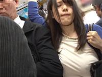 ノーブラで出勤してしまうも満員電車で隣のサラリーマンの肘やカバンに乳首を擦り付けて気持ち良くなってしまうイケナイ西村ニーナちゃん