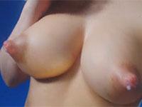 男なら間違いなく吸い付きたくなる超ロケット美巨乳と吸いやすそうな乳首から溢れる母乳を観察する動画
