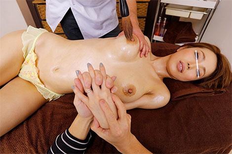 手をつなぎながら乳首エステを受ける妻