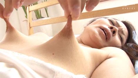 乳首の先っちょを摘まれてグリグリグリグリ