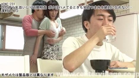 長男のタツヤに乳首を弄られる母親
