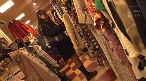 古着屋で服を探すJK、なつめ愛莉