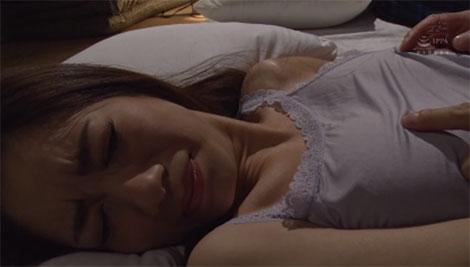 寝ている弟の隣で嫁さんの乳首を寝取る兄