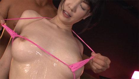 ビキニの紐で乳首擦り