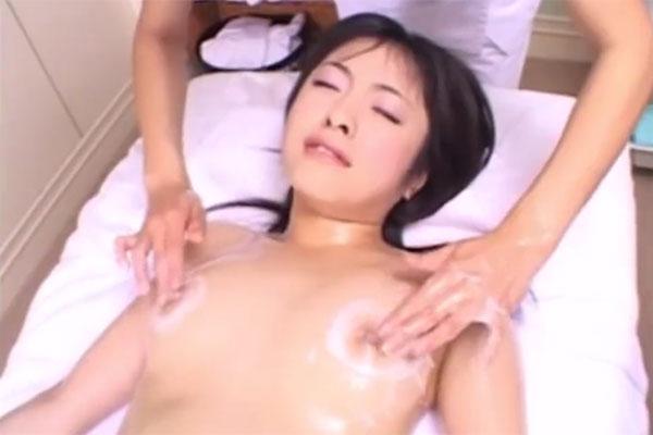 乳首と乳輪に液を染み込ませるマッサージ