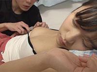 寝ている妹(星奈あい)のオッパイと乳首をどうしても触りたい衝動に駆られ、ついに妹の乳首を弄り始めるイケナイ兄の動画!