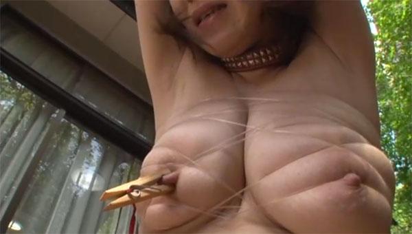 胸を縛って木製クリップで乳首挟み