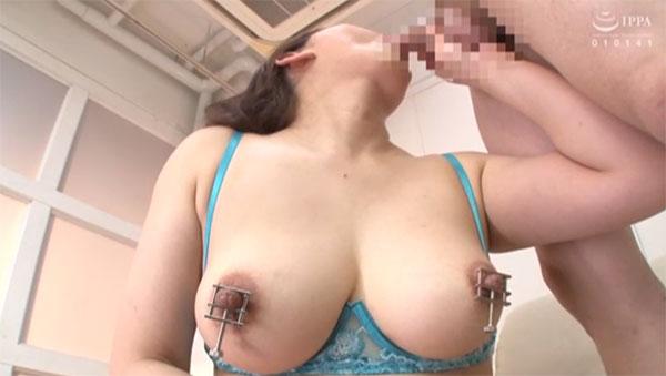 乳首を圧迫されながら息子のチンポを咥えるママ