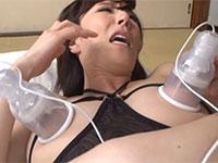 日常的な乳首責めで乳首狂いに開発された母親、澤村レイコが息子にニップルドームを付けられて乳首快楽に狂う動画!